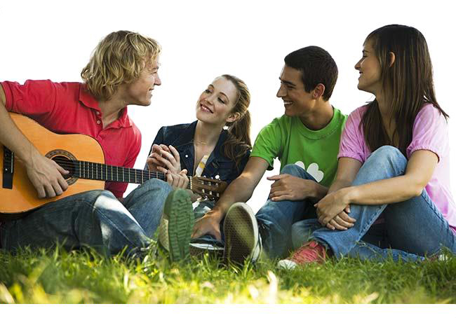 http://fastgtr.ru/wp-content/uploads/2013/09/young_man_sitting_on_grass_with_friends_playing_acoustic_guitar_IAI012000804.jpg